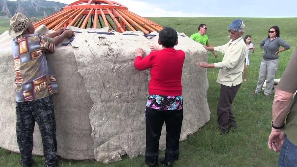 Американским туристам показали как собрать юрту