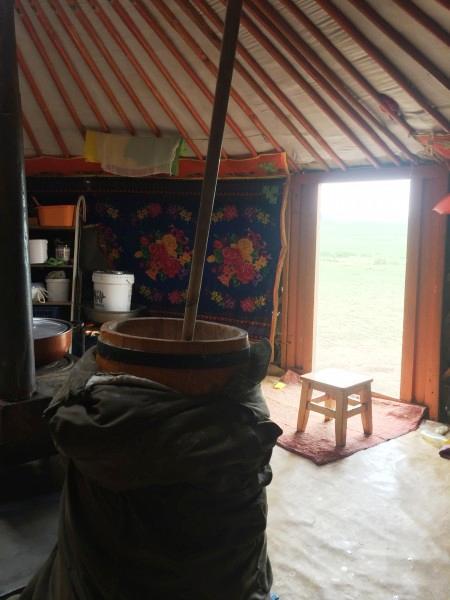 Чан с кумысом в юрте