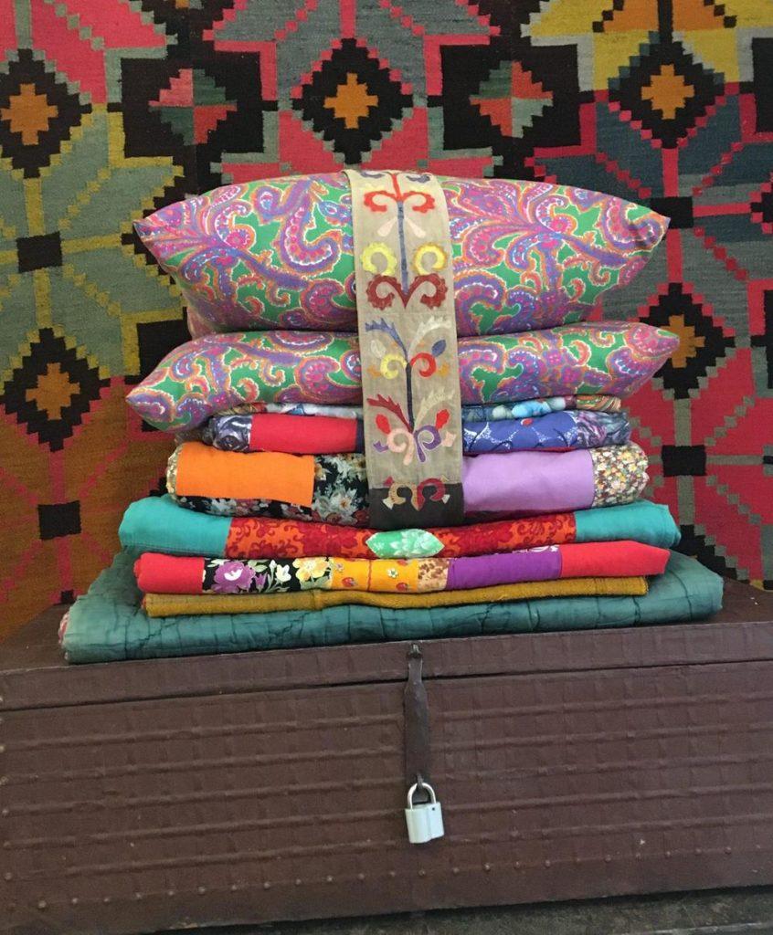 Одеяла и подушки в юрте