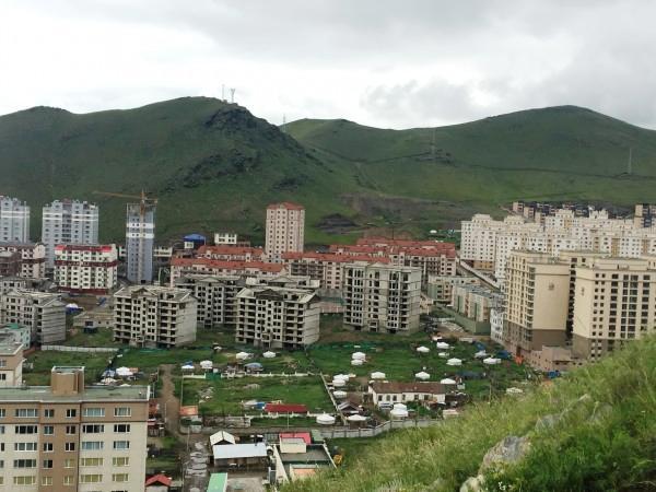 С вершины видны жилые юрты