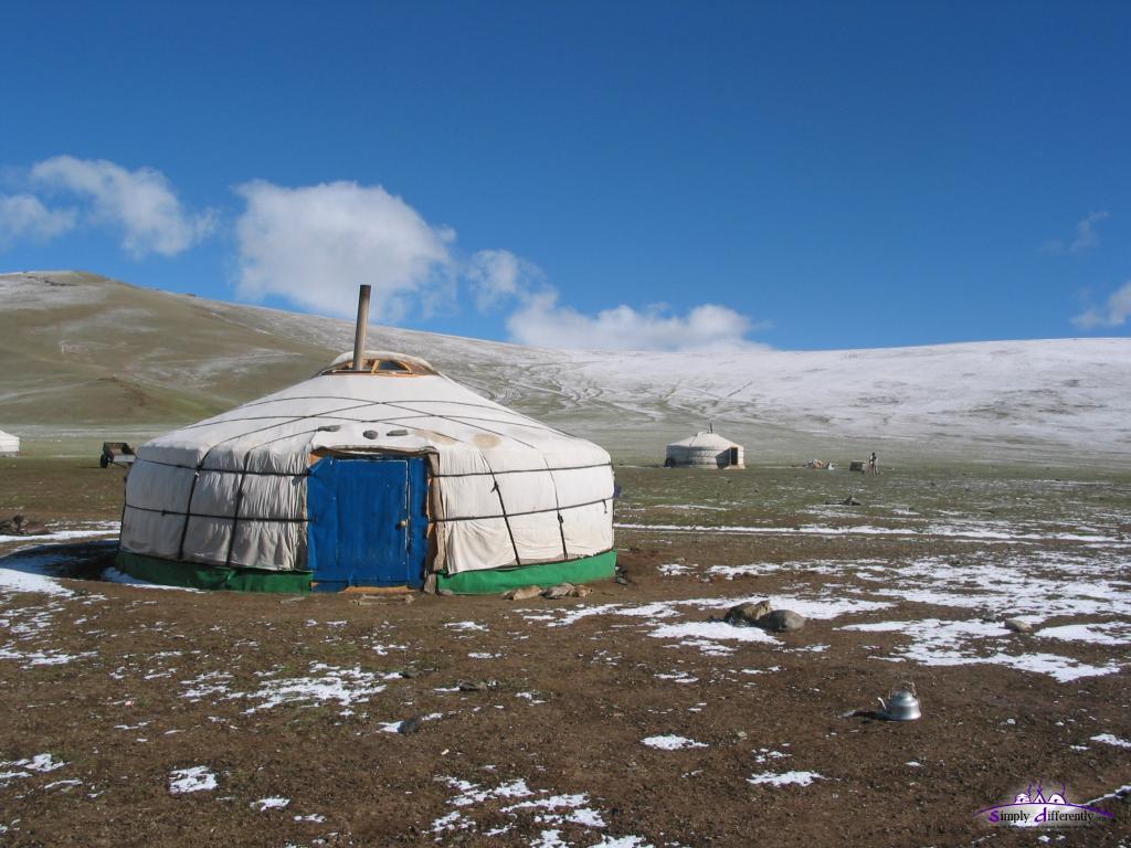 Юрты в монгольской степи
