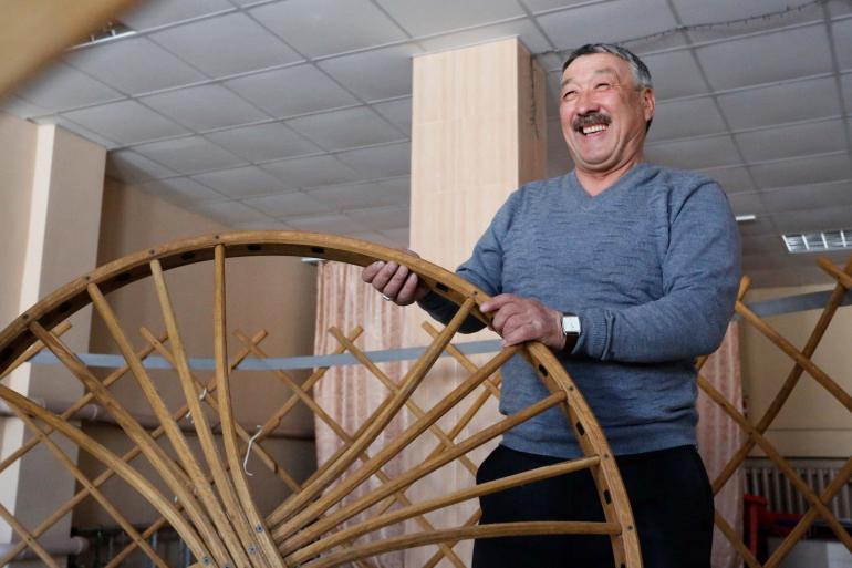 Казахский старейшина собирает юрту