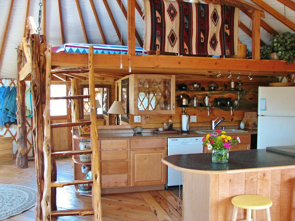 Кухня под спальней в юрте